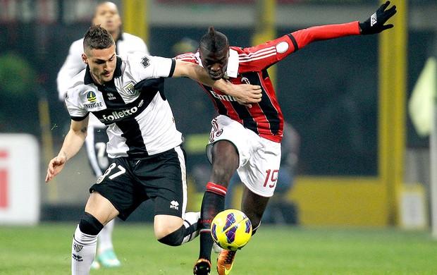 Mbaye Niang na partida do Milan contra o Parma (Foto: AP)