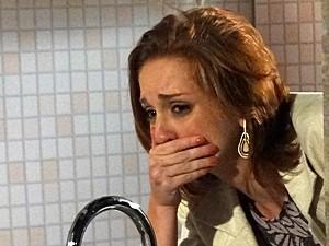 Desolada, Priscila chora no banheiro (Foto: Amor Eterno Amor/TV Globo)