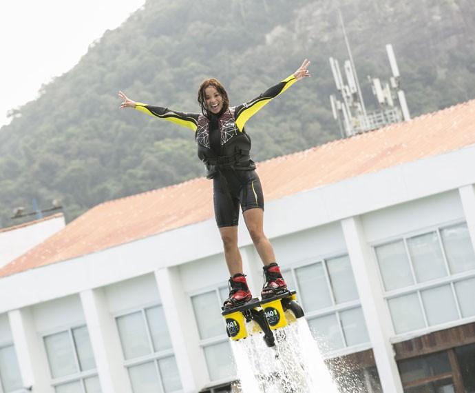 Carol Nakamura voa em treino de flyboard (Foto: Inácio Moraes/ Gshow)