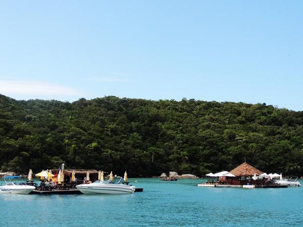 Bares atendem turistas, que fazem festas em alto mar em SC (Foto: Géssica Valentini/G1)