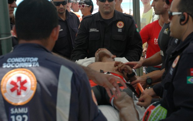 Triatleta passa mal durante provas do Campeonato Brasileiro de Triatlo, em João pessoa (Foto: Richardson Gray / Globoesporte.com/pb)