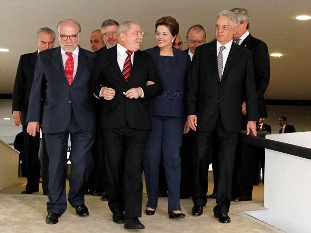 Presidente Dilma Rousseff em meio aos ex-presidentes Luiz Inácio Lula da Silva e Fernando Henrique Cardoso (Foto: Roberto Stuckert Filho / Presidência)