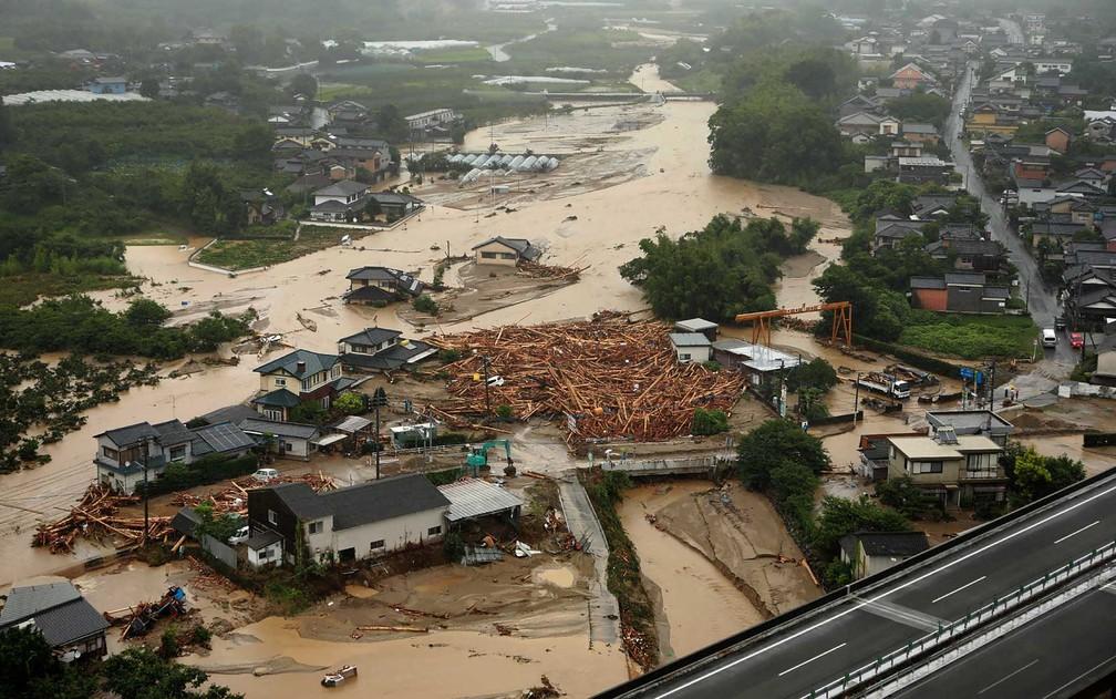 Visão da cidade de Asakura, inundada pelas chuvas (Foto: AFP Photo)