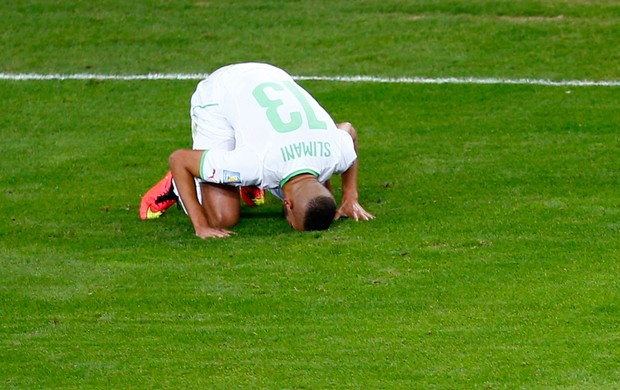 Islam Slimani comemoração jogo Argélia x Rússia (Foto: Reuters)
