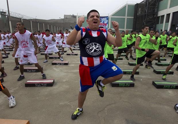 Presos tentam bater recorde de ginástica aeróbica nesta sexta-feira (14) no Peru (Foto: Martin Mejia/AP)