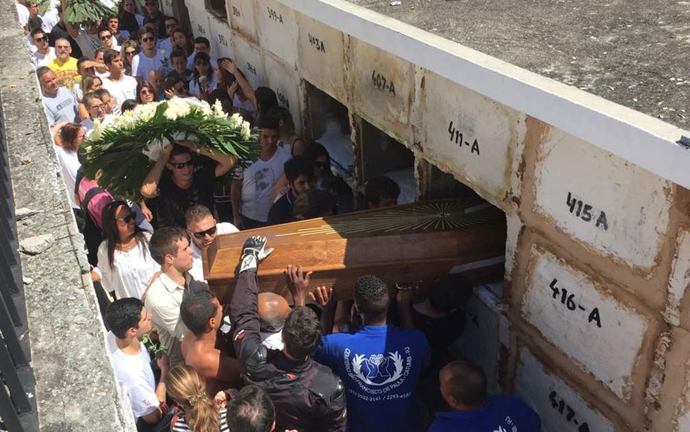 Corpo de Miguel Ayoub Zahkour, de 19 anos, morto em tentativa de assalto em Laranjeiras, foi enterrado no fim da manhã deste domingo (16) (Foto: Matheus Rodrigues/G1)