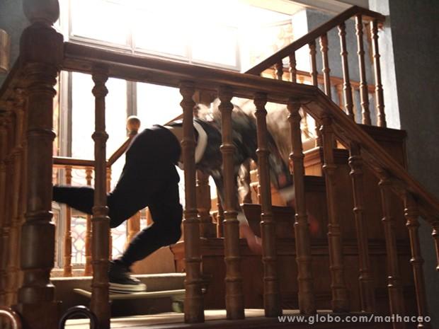 OMG! Meg cai da escada ao pisar em um skate!
