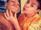 De férias, Neymar pinta barbicha de loiro