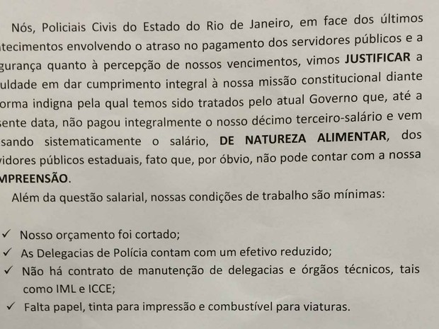 Policiais civis entregaram comunicados sobre a greve à população (Foto: Fernanda Rouvenat/G1)