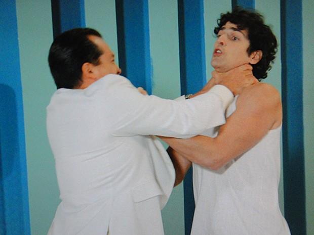 Nando capricha nos sopapos em Nenê (Foto: Guerra dos Sexos / TV Globo)