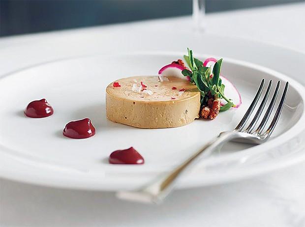 ALMOÇO SANGRENTO  O foie gras com curry e  molho de canela e sangue, do chef americano Brad Farmerie. Ele é entusiasta do uso de sangue na culinária (Foto: Mark Ferri)