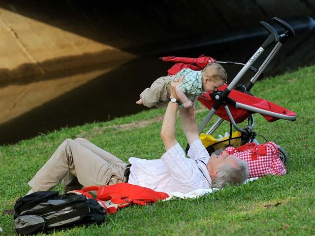 Holandês segura bebê em gramado durante a Rio+20 (Foto: Alexandre Durão/G1)