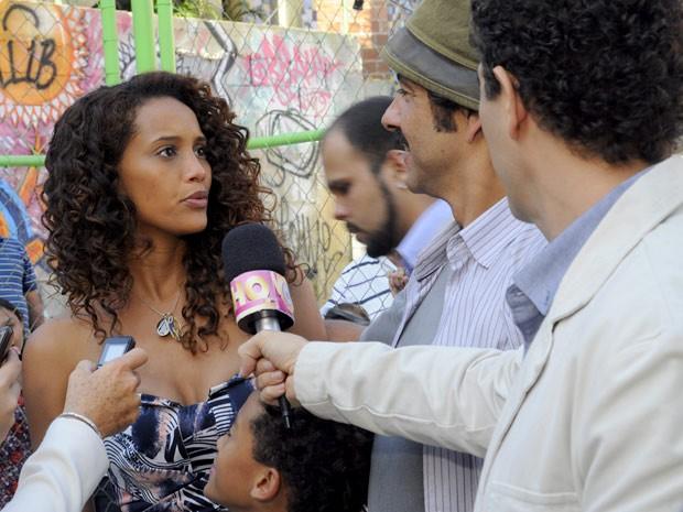 Penha fica surpresa com a fama de Sandro no Borralho (Foto: Cheias de Charme / TV Globo)