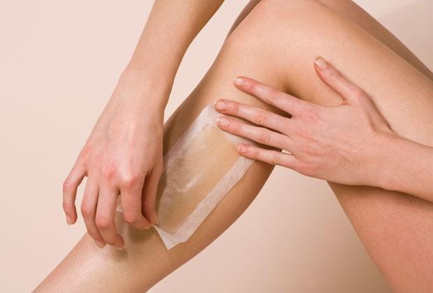 A depilação com cera quente é menos dolorida do que a com cera fria (Foto: Thinkstock)