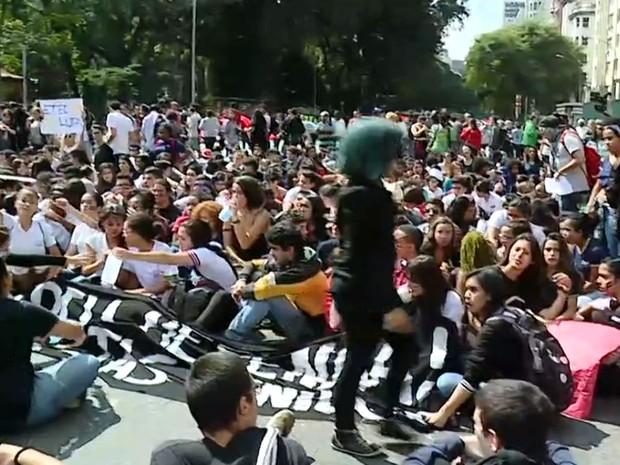 Estudantes fazem protesto contra a máfia da merenda no Centro de São Paulo (Foto: TV Globo/Reprodução)