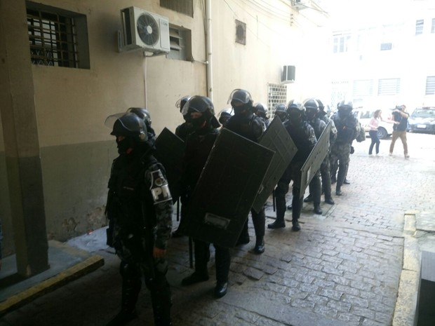 Batalhão de Operações Especiais (BOE) foi chamado após tumulto de presos no Palácio da Polícia (Foto: Jonas Campos/RBS TV)