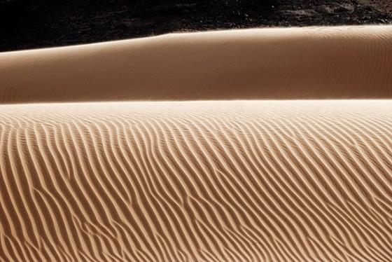 O desenho sempre mutável dos sulcos de areia sobre uma duna (Foto: © Haroldo Castro/ÉPOCA)