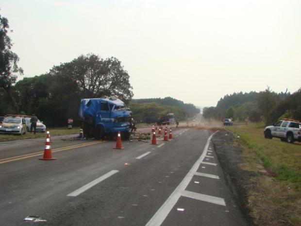 Carga caiu na pista e rodovia precisou ser parcialmente interditada. (Foto: Polícia Civil)