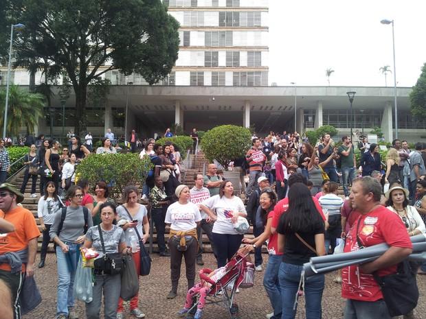 Servidores pedem melhores condições de trabalho em frente a Prefeitura (Foto: Virgginia Laborão / G1)