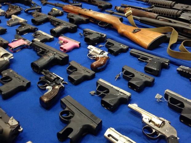 Armas apreendidas são exibidas no escritório da Promotoria do Distrito de Brooklyn, em Nova York, no dia 14 de outubro (Foto: AP Photo/Tom Haya)
