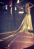 Fiorella Mattheis usa vestido dourado com cauda gigante