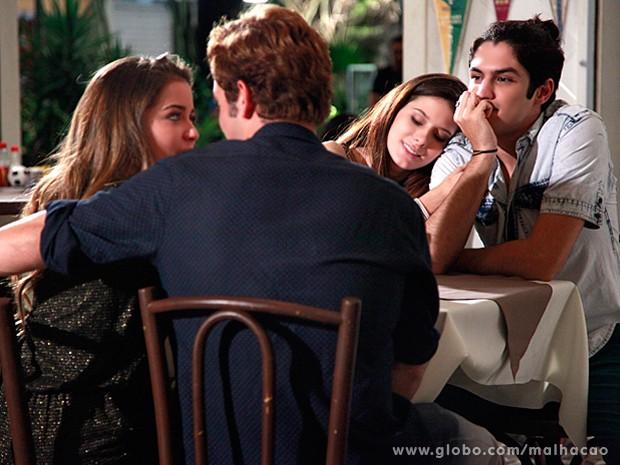 Flaviana e Serguei pagam de casal apaixonadinho e parecem convencer Antônio e Bruna (Foto: Ellen Soares / Malhação)