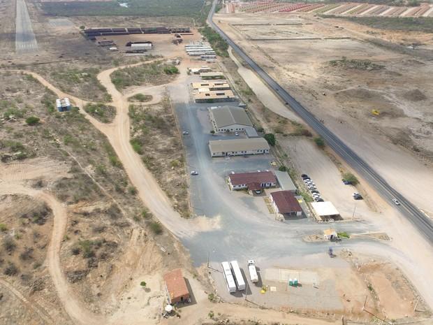 Imagem área das obras da Transnordestinas, ladeadas pelos canais da transposição do São Francisco, em Salgueiro, Sertão de Pernambuco (Foto: Eduardo Ricken/TV Globo)