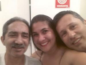 Aurino (à esquerda) ao lado da filha e de seu sogro (Foto: Arquivo pessoal)
