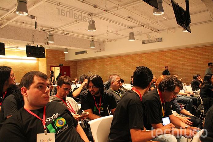 Grupo de desenvolvedores esperam palestrante. Organização contabiliza um total de 87 visitantes do I/O Extended. (Foto: Leonardo Ávila/TechTudo)