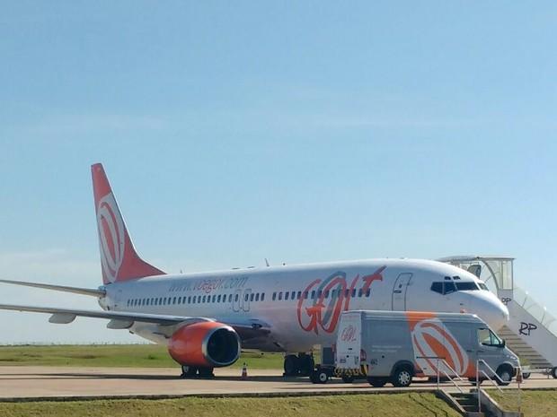 Após problema técnico, avião pousou no aeroporto de Maringá (Foto: Honório Silva/ RPC)