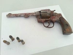 Arma usada por bandidos em assalto a idoso em Campo Grande (Foto: Chico Gomes/TV Morena)