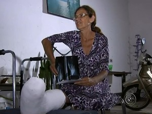 Policial civil quebrou o pé após cair em buraco em rua de Tatuí (Foto: Reprodução / TV TEM)