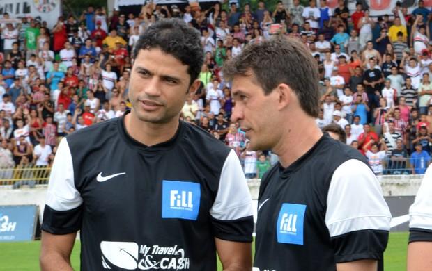 O ex-zagueiro William Capita conversa com o atacante Renato Santiago, do Clube Atlético Joseense (Foto: Danilo Sardinha/Globoesporte.com)