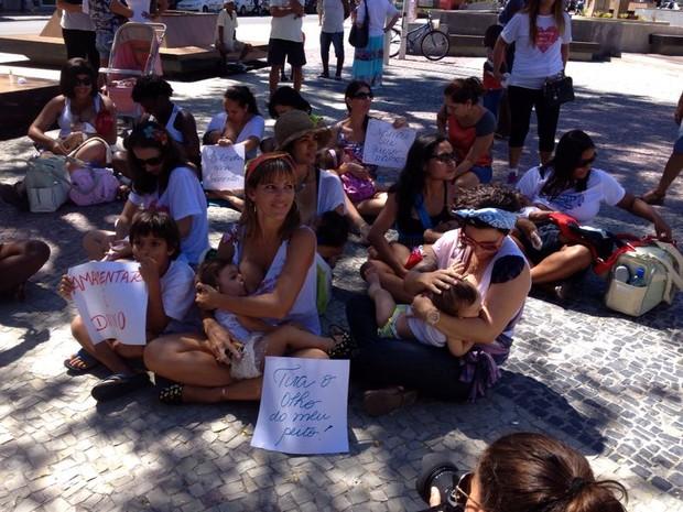 Mulheres se reúniram na praça Porto Rocha pela amamentação livre (Foto: Imagens / Luiza Quintão / Inter TV)