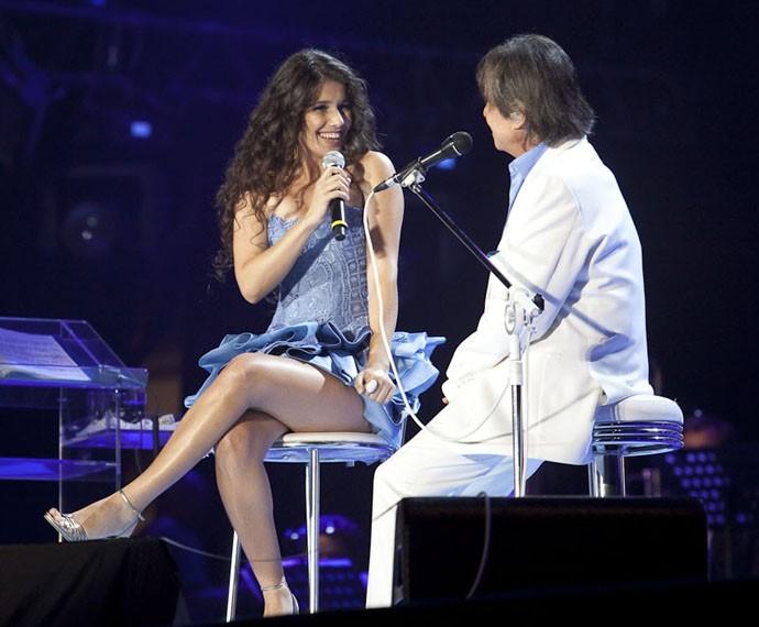 Paula Fernandes e Roberto Carlos emocionaram o Brasil cantando juntos no Especial de 2010 (Foto: TV Globo / Juliana Coutinho)