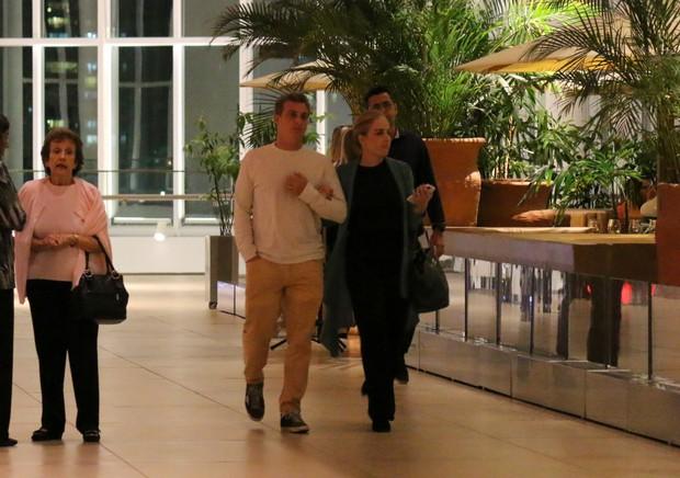 Luciano Huck e Angélica fazem passeio romântico em shopping no Rio