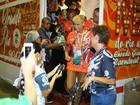 Xuxa usa bota futurista e deixa pernas à mostra na chegada à Sapucaí
