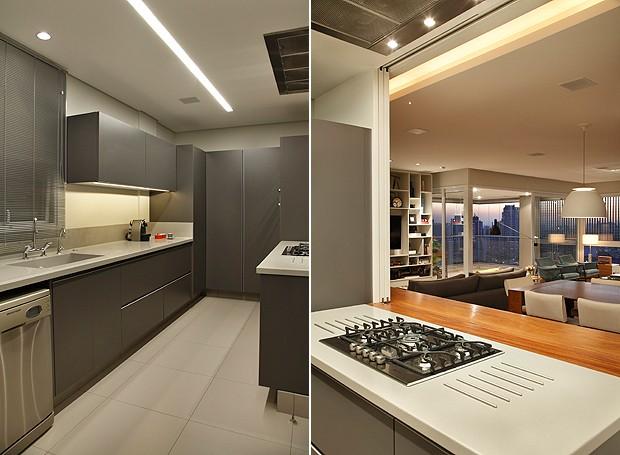 Detalhes da cozinha, toda em cinza, com abertura para as áreas sociais da casa (Foto: MCA Estúdio)