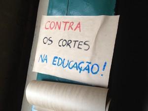Cartaz com mensagem contra os cortes na educação pública (Foto: João Barbosa)