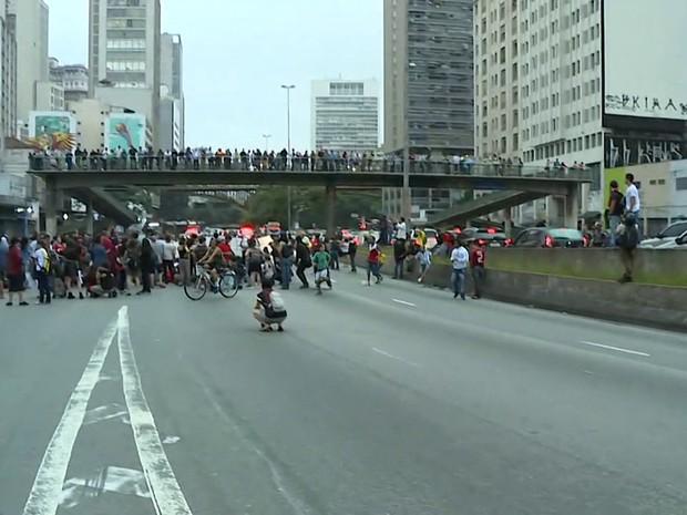 Bloqueio na Avenida Tiradentes por estudantes na tarde desta quinta-feira (3) (Foto: Reprodução/TV Globo)