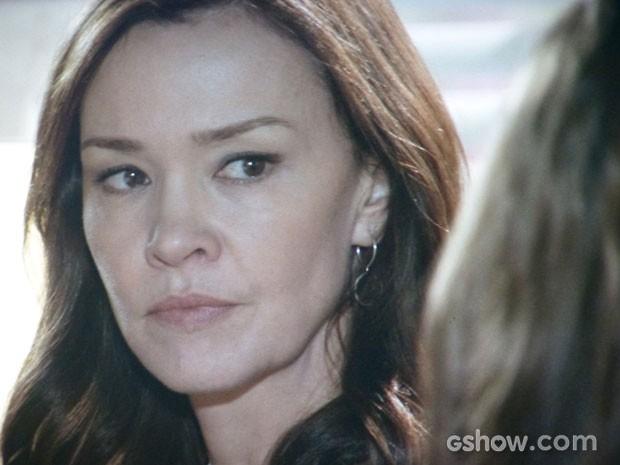 Olha só a cara de Helena ao ouvir a provocação da filha. Possessa! (Foto: Em Família/TV Globo)