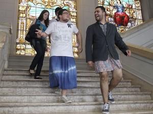 Estudantes da Faculdade de Direito da USP, no Largo São Francisco, descem as escadas usando saia (Foto: Felipe Rau/Estadão Conteúdo)