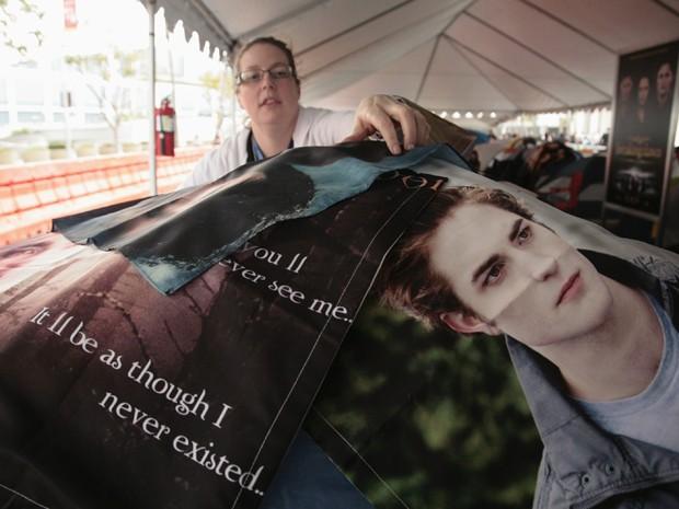 Fã decora barraca em acampamento para ver novo filme de 'Crepúsculo' (Foto: Reuters/Jason Redmond)