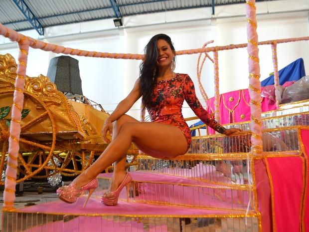 Neyelle Vales, de 26 anos, rainha de bateria da Maracatu da Favela (Foto: Fabiana Figueiredo/G1)