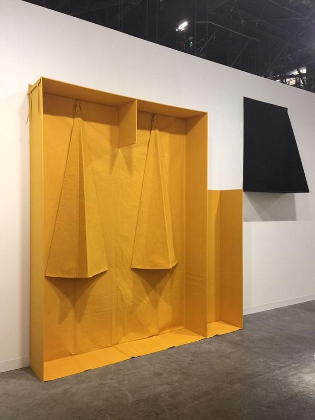 Quem também faz arquiteturas com tecido é o artista Franz Erhard Walther, que conheci na Bienal de Veneza e vi novamente na galeria Feter Freeman Inc. (Foto: Taissa Buescu)