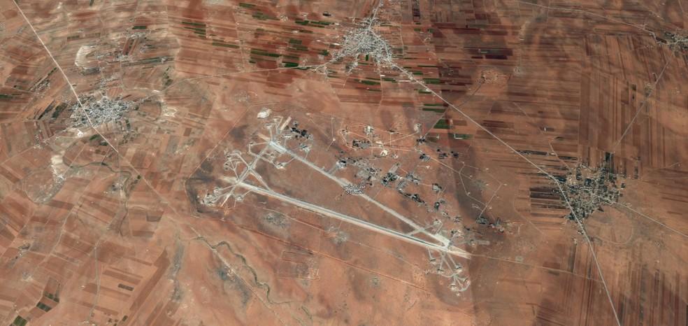 Foto aéra da base de Al Shayrat, na Síria (Foto: Reprodução/Google Maps)