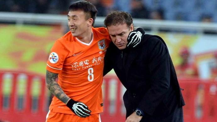 Cuca comemora ao lado de jogador com luva de caveira (Foto: Sina.com)