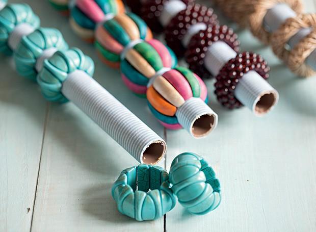 Para que os anéis de guardanapo não fiquem espalhados, use canos de PVC encapados com tecido adesivo. Anéis Roupa de Mesa  (Foto: Elisa Correa/Editora Globo)