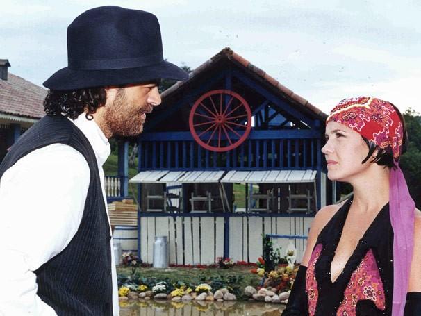 Petruchio (Eduardo Moscovis) se declara para Catarina (Adriana Esteves) (Foto: TV Globo/ Zé Paulo Cardeal)