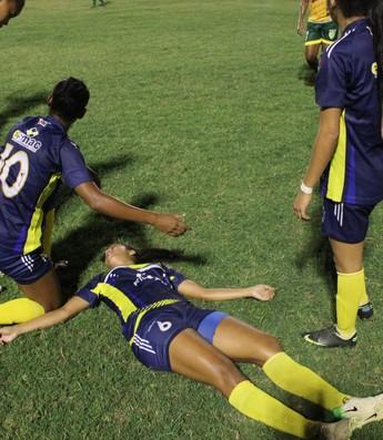 Jogadora do Madre Celeste passa mal durante jogo (Foto: Wenner Tito)